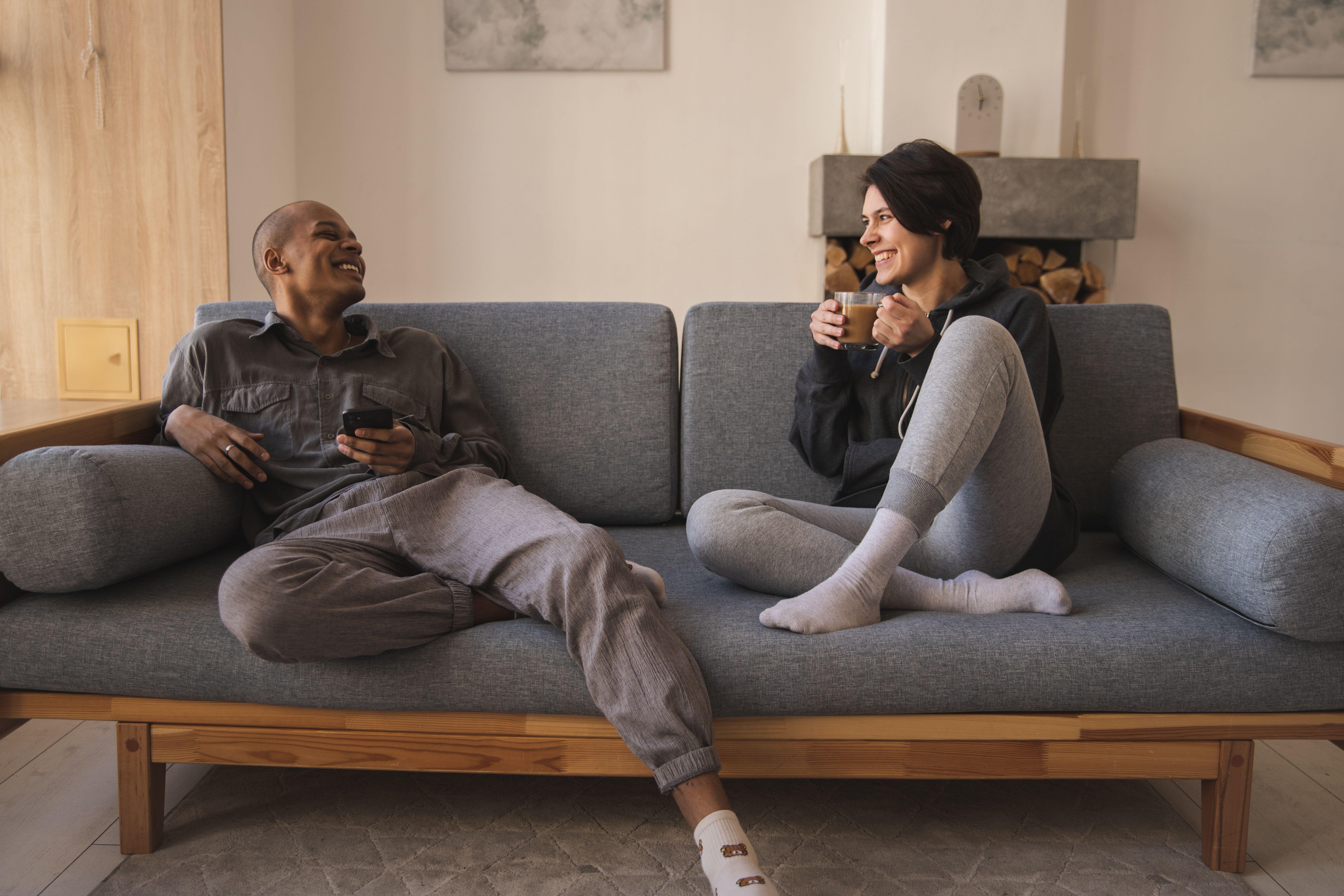 couple canapé confortable